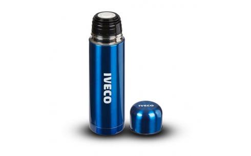 Thermos bleue en acier inoxydable avec double paroi. Gobelet intégré. Logo IVECO imprimé en blanc. Boîte en carton.
