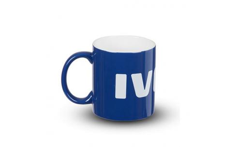 Mug céramique, bleu à l'extérieur et blanc à l'intérieur. Logo IVECO imprimé. Boîte en carton blanc.